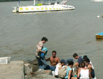 Débarquement des passagers sur la digue de la pointe des Roches